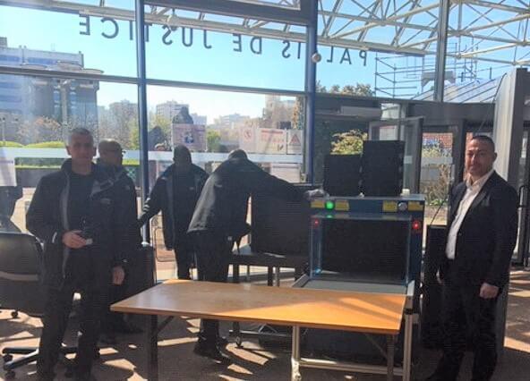 Agents de sécurité sur leur poste de travail